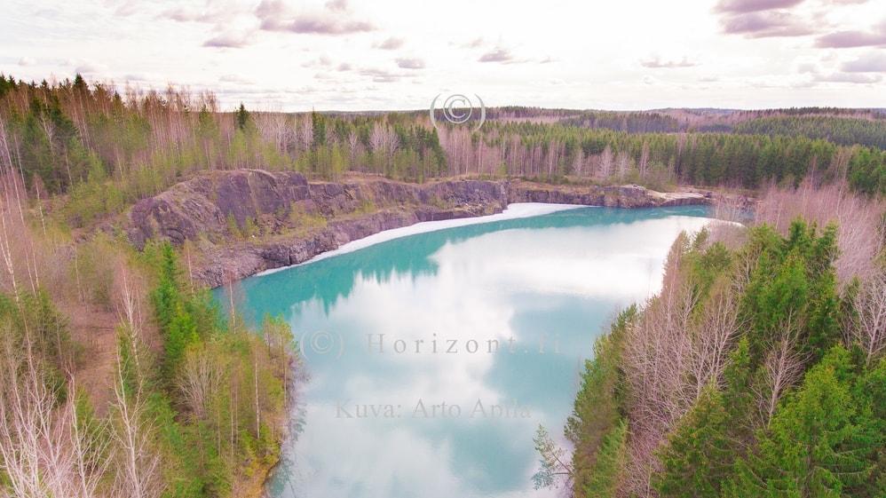 ilmakuva avolouhos turkoosi lampi järvi